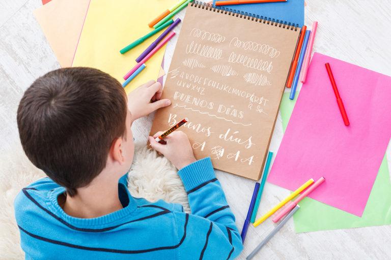 Niño haciendo el curso de lettering para niños de Project party Escuela