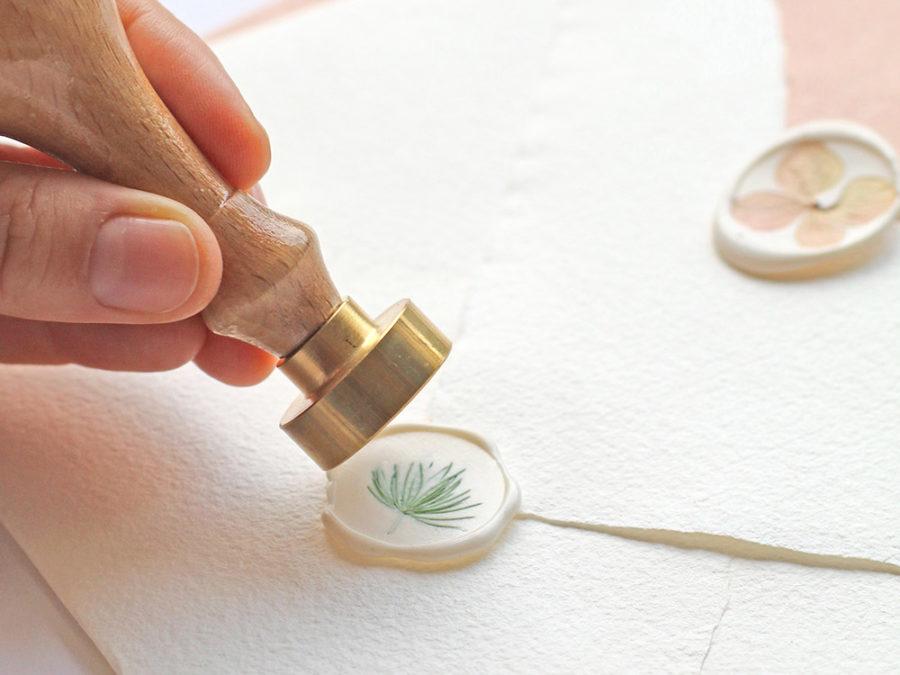 Sello lacre con flor preservada Curso Online de invitaciones de boda hechas a mano Escuela Project Party